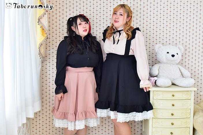 フリルレースサスペンダースカートを着用する橋本一愛さんと多田えりさんの画像