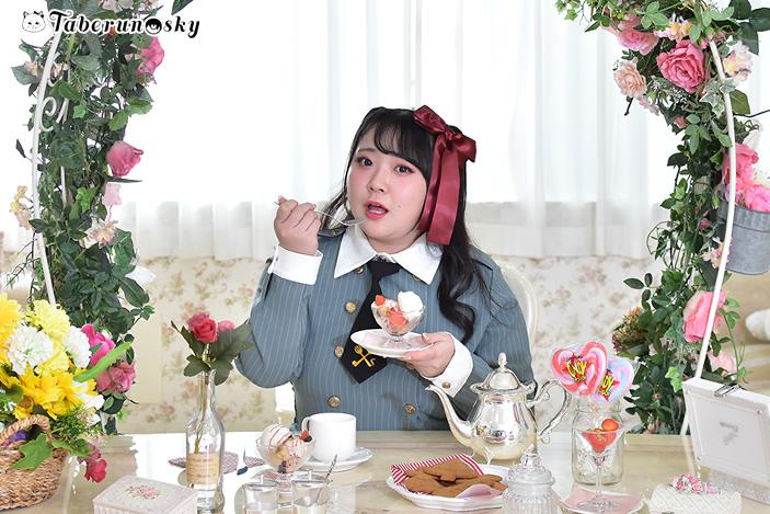 食好坂8989(パクパク)軍服ワンピースを着用する橋本一愛さんの画像