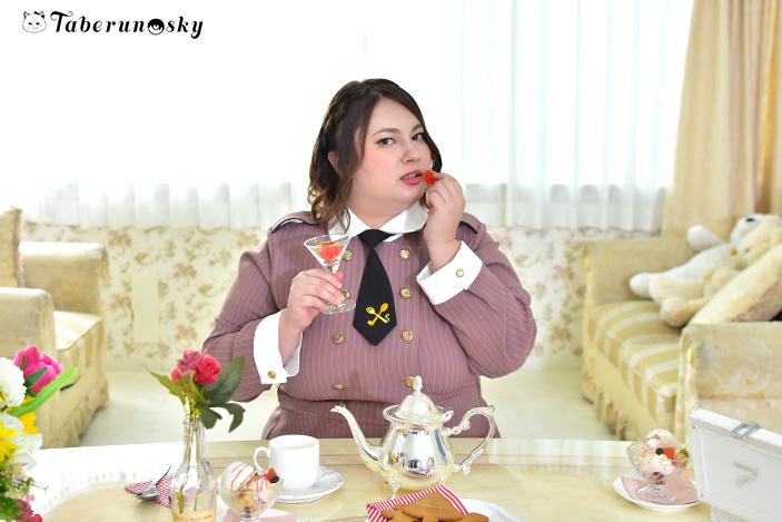 食好坂8989(パクパク)軍服ワンピースを着用する大橋ミチ子さんの画像