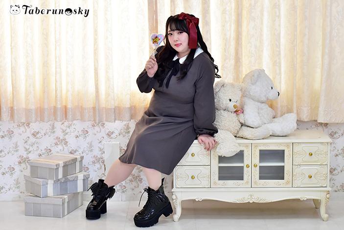 丸襟ワンピースを着用する橋本一愛さんの画像