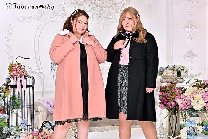 大きいサイズレディースファー衿ブローチ付きコート (LL/3L/4L/5L)を着用するびっくえんじぇるの大橋ミチ子さんと多田えりさん
